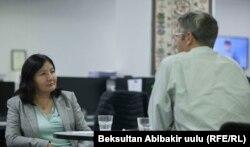 """Венера Сагындык кызы жана Жефф Лили """"Азаттыктын"""" Бишкектеги кеңсесинде, 25-октябрь,"""