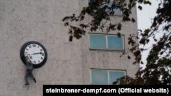 """Специально для Виеннале на стене отеля Intercontinental в Вене, где располагается штаб-квартира фестиваля, художники Кристоф Штайнбренер и Райнер Демпф воспроизвели знаменитую сцену из фильма """"Безопасность прениже всего!"""" (1923): Гарольд Ллойд висит на часах"""