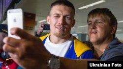 Архивное фото: Усика встречают в аэропорту «Борисполь» после победы в Гданьске