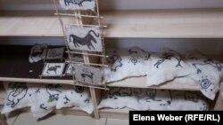 Подушки и картины из войлока от инвалидов-ремесленников. Темиртау, 28 мая 2018 года.