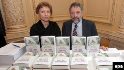 """ჰამბურგი: მარინა ლიტვინენკო და ალექსანდრ გოლდფარბი წიგნის, """"დისიდენტის სიკვდილი"""" პრეზენტაციაზე 2007 წელს"""