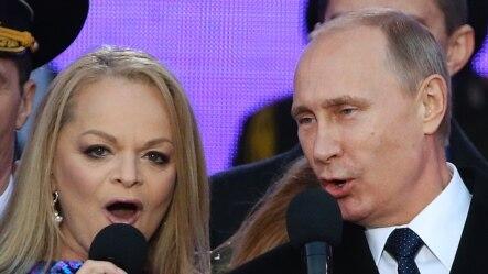 Владимир Путин и певица Лариса Долина поют российский гимн на концерте по случаю первой годовщины присоединения Крыма к России, 18 марта 2015 года