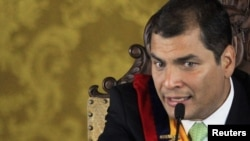 Президент Эквадора Рафаэль Корреа на пресс-конференции сразу после подавления путча, 30 сентября 2010