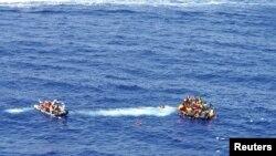 Pamje e shpëtimit të imigrantëve afër bregdetit të Italisë