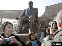 Алматы тұрғындары. 11 қараша 2011 жыл. (Көрнекі сурет)