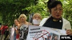 Розлана Таукина (оңдо) Алматыдагы митинг учурунда, 24-июнь, 2009