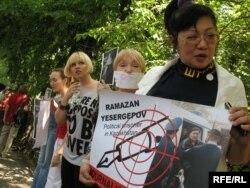 Сөз бостандығына байланысты акцияға қатысып тұрған Розлана Таукина (оң жақтан бірінші). Маусым айы, 2009 жыл.