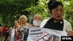 Интернет мыйзамы талкууланып жаткан кезде казакстандык активисттер бир нече ирээт нааразылык акцияларын өткөрүшкөн. 2009-жыл, июнь.