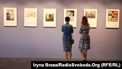 Відвідувачі виставки унікальних фото Закарпаття чехословацької доби в Ужгороді, 12 травня 2017 року