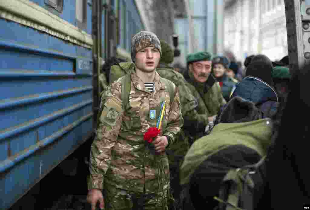 Родичі і друзі зустрічають українських вояків, які повернулись з зони АТО. Львів, 23 лютого 2015 року