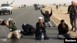 Liviyada üsyançılar Ras Lanuf şəhərində döyüşlərə fasilə verib, namaz qılırlar. 4 mart 2011