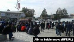 Люди, собравшиеся у штаба Бабанова в Таласе. 16 октября 2017 г.