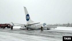 Усинск әуежайы алаңына апатты жағдайда қонған Boeing 737 ұшағы. Коми, Ресей, 9 ақпан 2020 жыл.