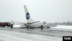 Пассажирский самолет Utair совершил жесткую посадку в Коми.