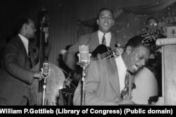 """Трио Ната Кинга Коула. Уэсли Принс - контрабас, Оскар Мур - гитара, Нат Кинг Коул - фортепиано выступают в """"Занзибаре"""". Нью-Йорк, 1946"""