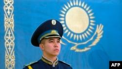 Ак ордонун алдындагы казак желегинин жанында турган аскер. Астана, 5-декабрь, 2014-жыл.