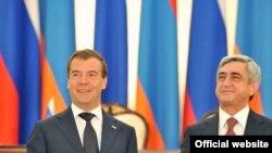 Ors prezidenti Dimitriý Medwedew bilen ermeni prezidenti Serž Sarkisýan gol çekişlik dabarasynda, 20-nji awgust.