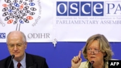 OSCE observers Geert-Hinrich Ahrens (left) and Anne-Marie Lizin at a postelection press conference in Minsk
