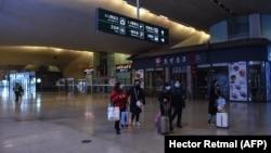 На вокзале в китайском городе Ухань, где была зарегистрирована первая вспышка пневмонии, вызванная новым видом коронавируса. 23 января 2020 года.