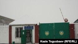 У ворот следственного изолятора в Алматы (ЛА-155/18).