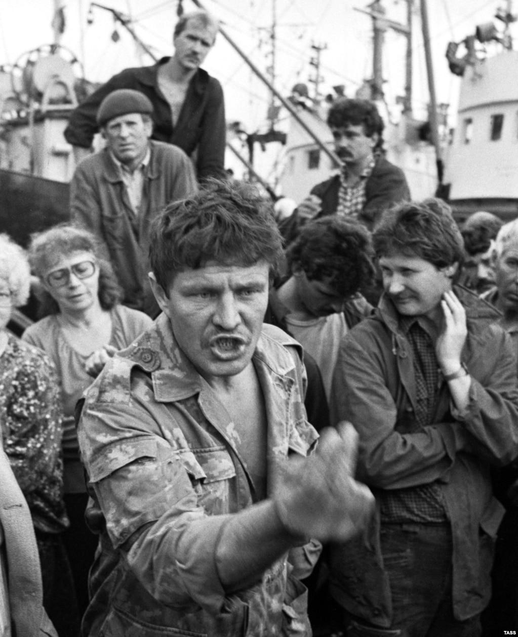 Российские рыбаки на шествии в защиту российского владения Курилами в начале 90-х годов прошлого столетия. В 2016 году опрос общественного мнения показал, что 78 процентов россиян выступают против возвращения островов Японии. 20 января 2019 года во многих городах России прошли акции протеста против передачи островов Японии