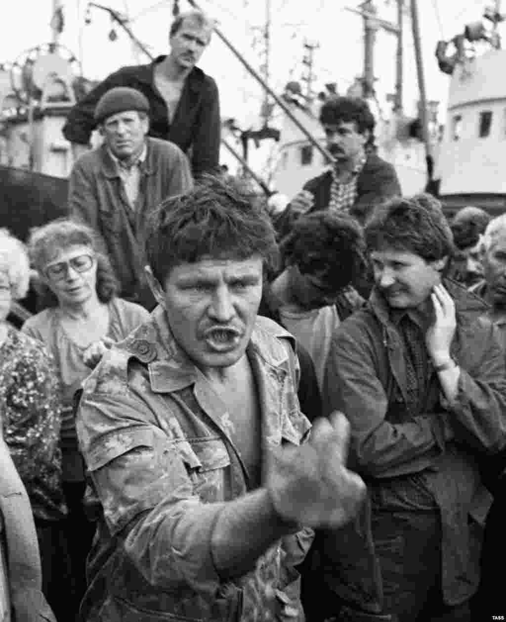 Russian fishermen at a rally defending Russia's possession of the southern Kuriles in the early '90s. A 2016 poll showed 78 percent of Russian mainlanders were opposed to returning the disputed islands to Japan.