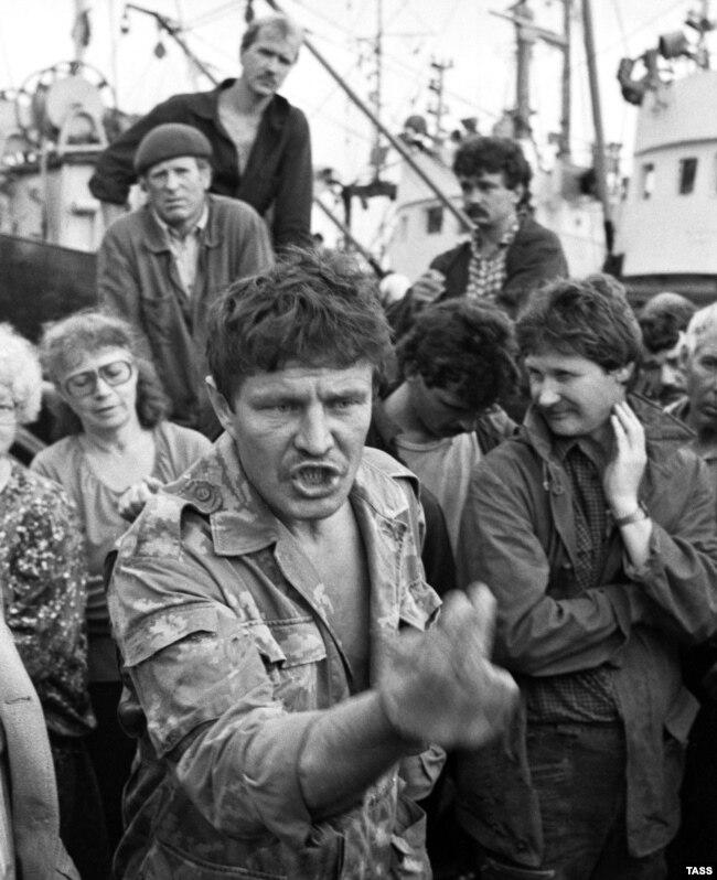 Peshkatarët rusë në një protestë për të mbrojtur posedimin e pjesës jugore të Kuriles nga Rusia në vitet e hershme të 90-ta. Një sondazh i vitit 2016 tregon se 78 përqind e shtetasëve rus janë kundër kthimit të ishujve të kontestuar në pronësi të Japonisë.