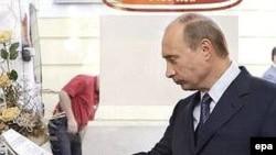 По логике российских властей и Владимир Путин должен быть поражен в президентстве, считает адвокат Владимира Буковского. На фото: Путин в Дрездене через 20 лет после командировки по линии КГБ