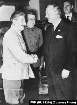 Stalin cu Joachim von Ribbentrop, după semnarea Pactului de neagresiune la Moscova