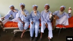 Дел од мажите на кои им ги отсекле прстите.