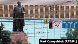 Памятник казахскому писателю Абаю на пересечении проспектов Достык и Абая. Алматы, 2 июня 2012 года.