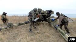 Украинские военные неподалеку от Мариуполя. 21 октября 2014 года.