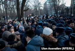 Supporters of Kyrgyz Omurbek Tekebaev demonstrate against his arrest in Bishkek on February 26