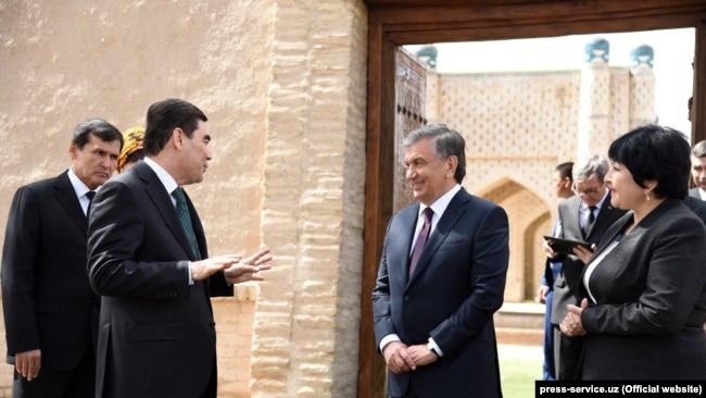 Президент Туркменистана Гурбангулы Бердымухамедов (слева) во время визита в Хорезмскую область Узбекистана, граничащую с Туркменистаном. Справа - президент Узбекистана Шавкат Мирзияев. 24 апреля 2018 года.