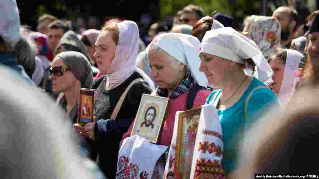 Вони моляться, тримають плакати «Законопроекти 4511 і 4128 – державні переслідування Української православної церкви», «З нами Бог»
