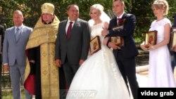 Главарь группировки «ЛНР» Игорь Плотницкий (третий слева) благословляет местных молодоженов