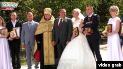 Ватажок угруповання «ЛНР» Ігор Плотницький благословляє молодят
