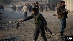 Афганские военные на месте взрыва бомбы в провинции Нангархар, 7 декабря 2015 года. Иллюстративное фото.