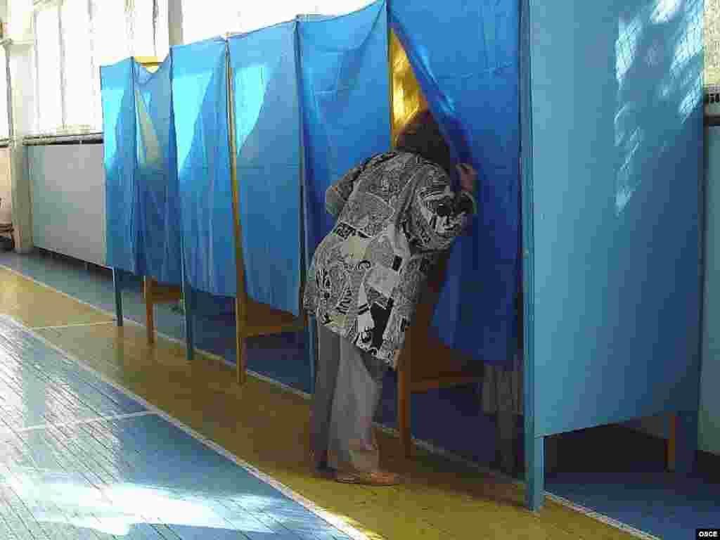 Ukraine -- A woman looks into a voting booth at a polling station in Kyiv, 30Sep2007 - 30 вересня 2007, Київ, виборчі кабінки на столичній дільниці готові до дострокових виборів