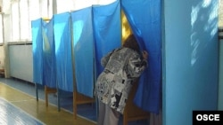 Наблюдатели ОБСЕ зафиксировали лишь незначительные нарушения на выборах. Украинские эксперты с ними не согласны