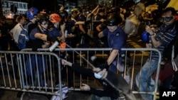 Гонконг. Полияция демонстранттардын тосмолорун бузууда. 30-ноябрь, 2014-жыл.