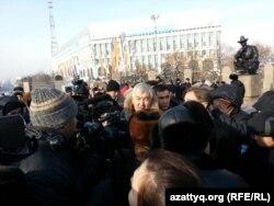 Активисты оппозиции собрались на площади Республики. Алматы, 16 декабря 2012 года.