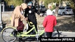 Девушки в хиджабе на улицах Бишкека.