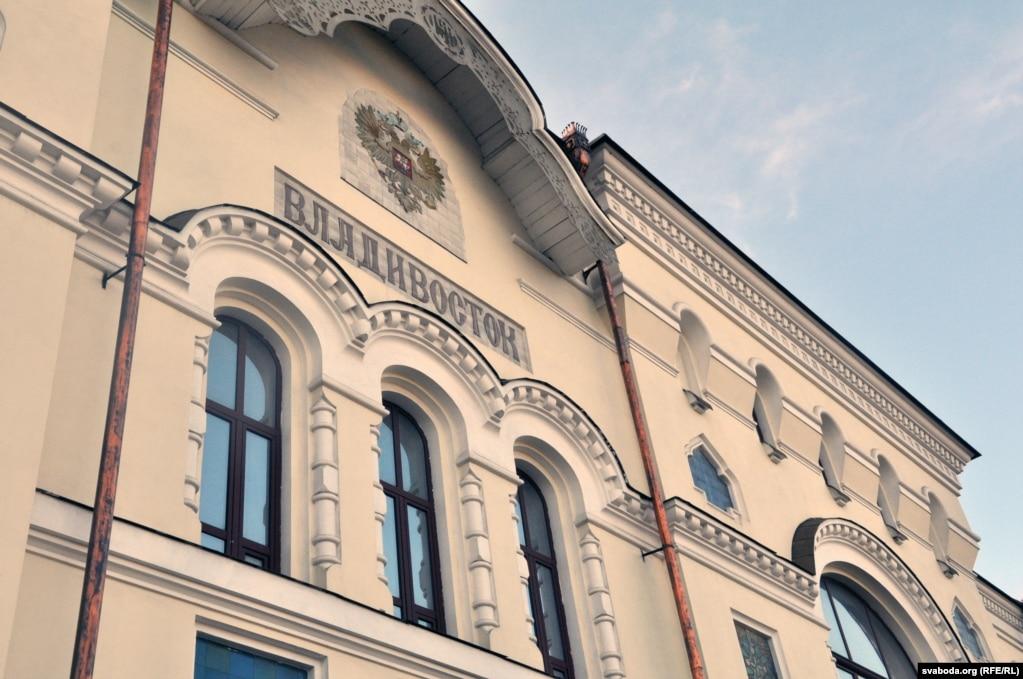 Железнодорожный вокзал во Владивостоке не перестраивался с момента открытия в начале прошлого века.  Несколько лет назад его отремонтировали