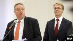 Известувач на ЕП за Македонија, Ричард Ховит и евроамбасадорот Аиво Орав.