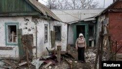 Жінка біля зруйнованого будинку. Дебальцеве, 17 березня 2015 року