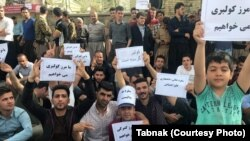 People gathered in the city of Baneh in Kurdistan province calling for reopening of the borders to facilitate imports. April 28, 2018