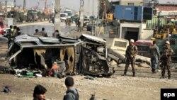 Owganystanyň howpsuzlyk resmileri Britaniýanyň ilçihanasynyň ulagyna hüjümiň edilen ýerini barlaýarlar, Kabul, 27-nji noýabr, 2014.