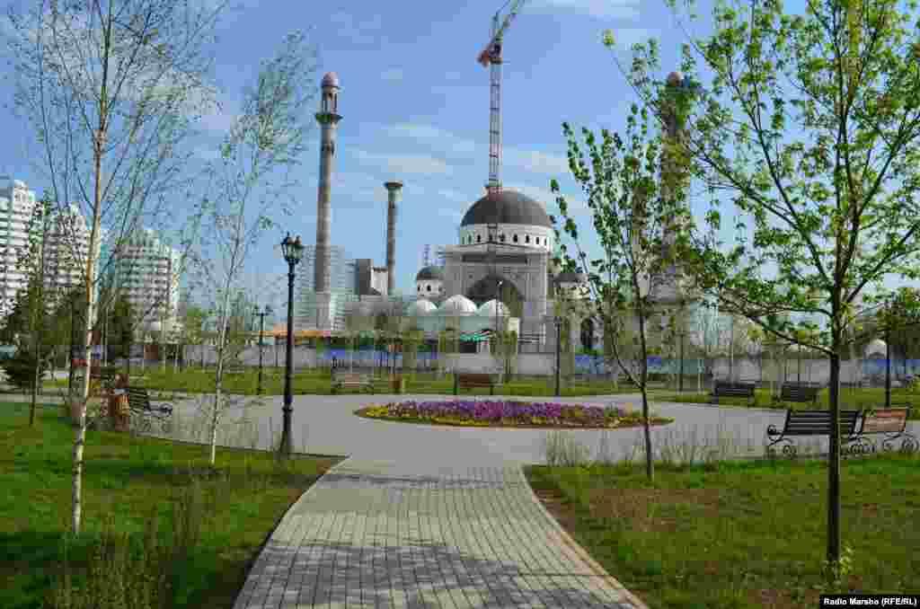 Напротив строящейся мечети им. Рамзана Кадырова разбит маленький сквер.