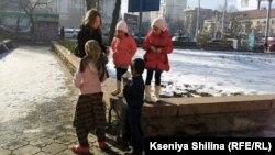 Бишкек кўчаларида тиланчилик қилаётган болалар.